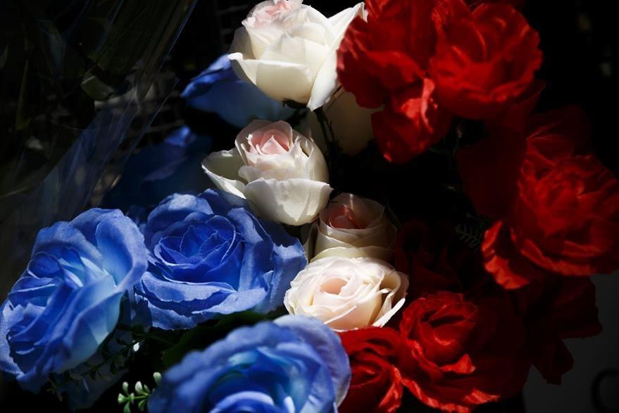 Flores de colores fueron colocadas en la embajada de Francia en Madrid en solidaridad con las víctimas. (Foto Prensa Libre: AP)