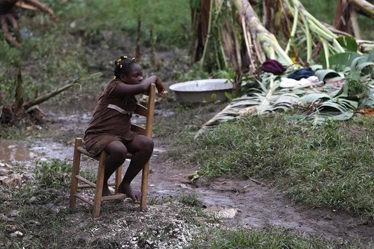Una niña es vista en Bergeaud, Haití, donde el huracán Matthew dejó muerte y desolación. (Foto Prensa Libre: EFE).