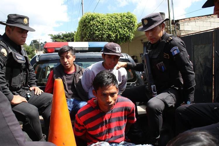Los tres presuntos delincuentes capturados. (Foto Prensa Libre: Víctor Chamalé).