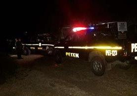 Agentes de la PNC llegaron a la vivienda donde fueron atacados madre e hijo. (Foto Prensa Libre: Rigoberto Escobar).