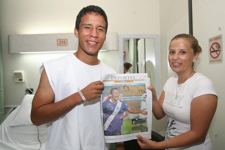 Gerson Lima junto a su madre Ingrid Bonilla en el Sanatorio El Pilar donde fue operado de apendicítis luego de anotar el primer gol de Guatemala. (Foto Prensa Libre: Hemeroteca)