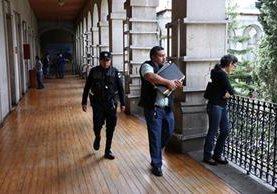 Investigadores del MP y de la Cicig efectuaron las diligencias acompañados de la PNC.(Foto Prensa Libre: María José Longo.)