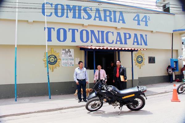 Representantes de los 48 Cantones de Totonicapán hacen una inspección en la comisaría 44 de la PNC. (Foto Prensa Libre: Édgar Domínguez)