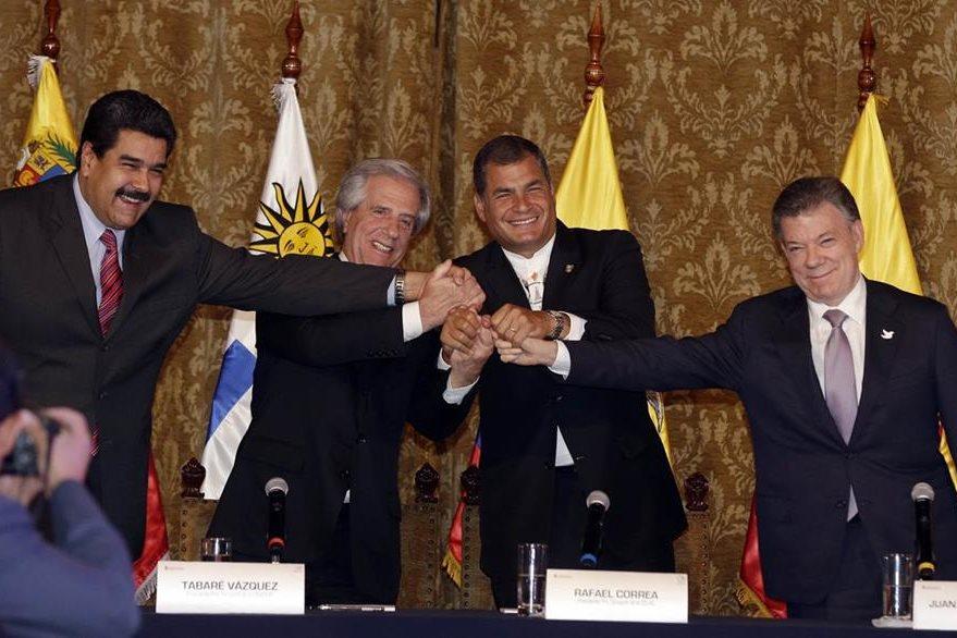 Maduro (ex. izq.) y Santos (ex.der.) al final del encuentro. (Foto Prensa Libre: AP).
