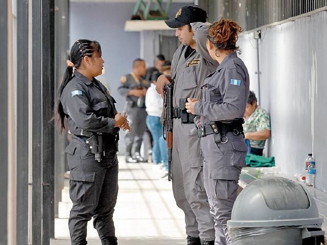 Guardias Penitenciarios custodian a privados de libertad que asisten a consulta al Hospital General San Juan de Dios. (Foto Prensa Libre: Estuardo Paredes)