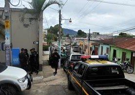 Agentes de la PNC efectúan patrullajes en Pueblo Nuevo Viñas, Santa Rosa. (Foto Prensa Libre: Oswaldo Cardona)