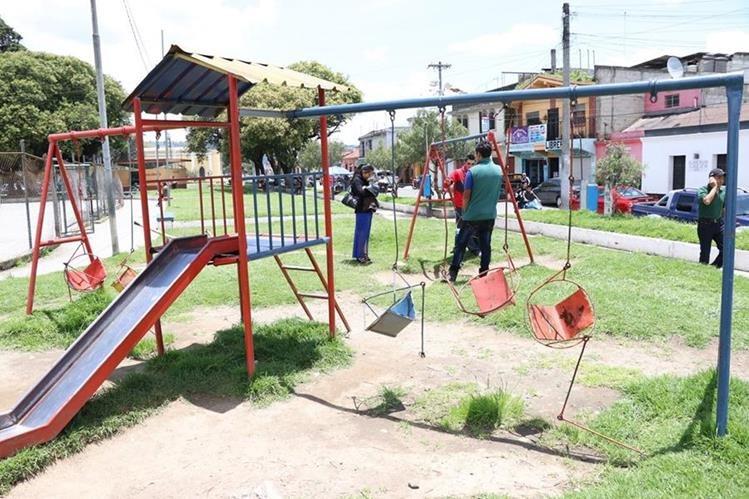 Los columpios se ven deteriorados y ya no son utilizables. (Foto Prensa Libre: María José Longo)