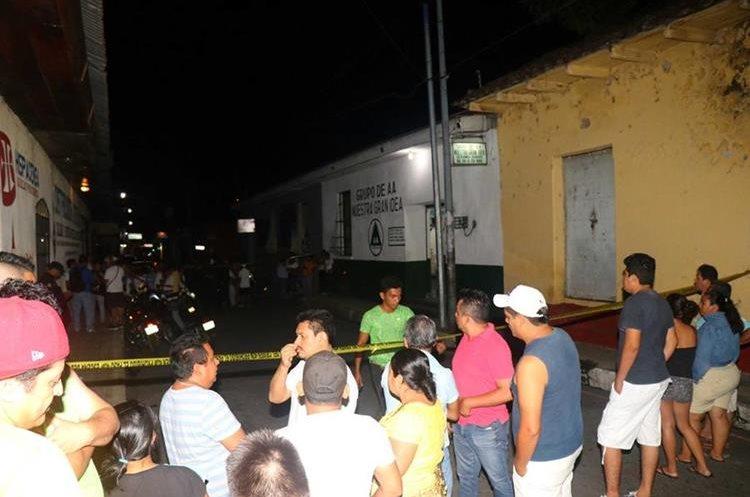 Pese a que el ataque se registró en la noche, una buena cantidad de curiosos llegó al lugar. (Foto Prensa Libre: Rolando Miranda)