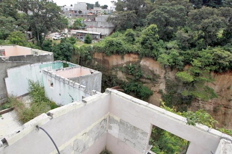 Varias casas fueron abandonadas, por los derrumbes que han ido socavando el suelo.(Foto Prensa Libre: Edwin Bercián)