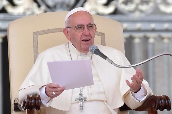 El Papa llega a una audiencia especial en la plaza de San Pedro en el Vaticano. (AP).