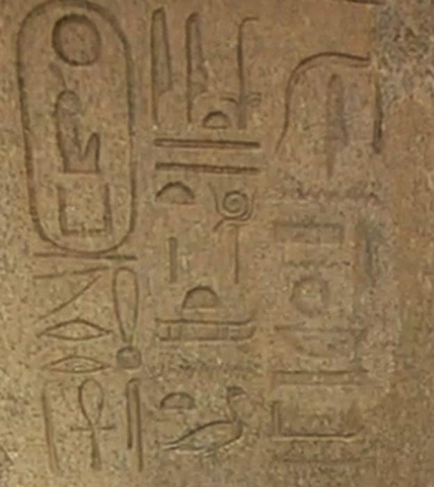 Si te fijas, la inscripción a la derecha está casi borrada: esta roca estaba encima de un obelisco de 27 metros de altura. Hasta allá tuvieron que subir los hombres de Akenatón a borrar el nombre de Amón-Ra.