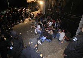Esta imagen fue captada la noche del 7 de marzo, antes de que la PNC encerrara bajo llave a las niñas y adolescentes, de las cuales han muerto 41. (Foto Prensa Libre: Hemeroteca PL)