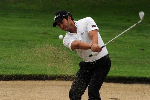 josé toledo mostró su técnica al salir con facilidad de una trampa de arena en el Club de Golf San Isidro.