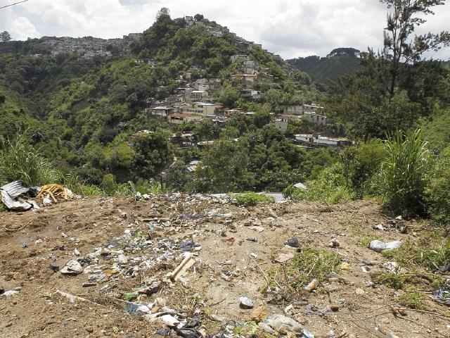 Terreno en  el asentamiento Santa Rita, zona 7, en el que existió una vivienda que fue destruida por un derrumbe.