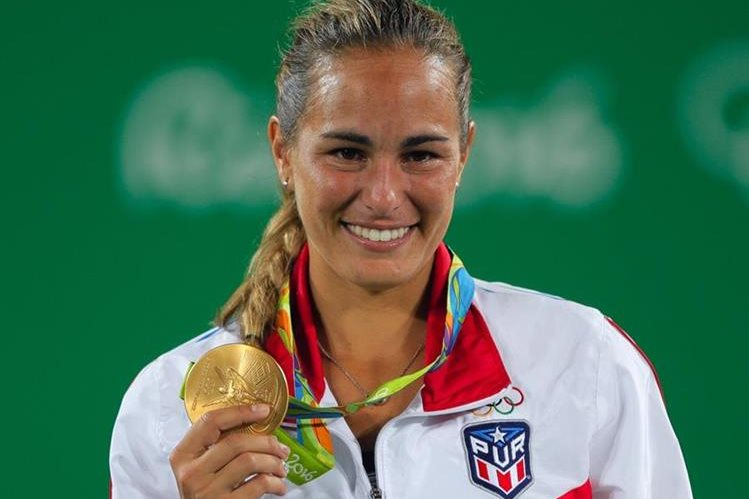 Mónica Puig muestra feliz la medalla de oro olímpica en tenis femenino, la primera para su país Puerto Rico. (Foto Prensa Libre: AP)