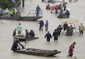 Varias personas son evacuadas de sus hogares inundados por el huracán Harvey.(Fot Prensa Libre:AP).