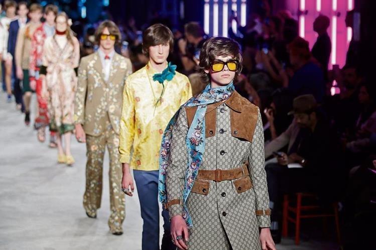 Los modelos lucen la creación de la firma Gucci para coleccion primavera verano 2016 en el Fashion Week Milán. (Foto: Prensa Libre Agencia AP)