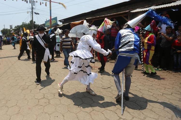 Centuriones persiguen a Judíos durante el juego tradicional de Semana Santa. (Foto Prensa Libre: EFE)