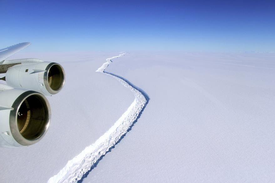 Vista aérea de la grieta que se forma en el iceberg. Foto Prensa Libre: AP)