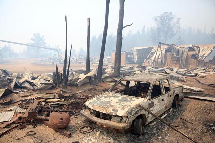 Viviendas y vehículos quedaron reducidos a escombros por el incendio forestal. (EFE).