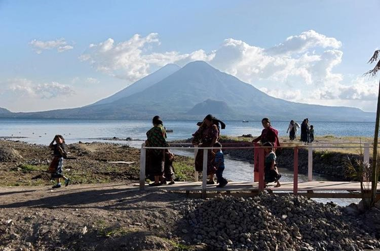 Aguas residuales, basureros clandestinos y falta de plantas de tratamiento amenazan al Lago de Atitlán. (Foto Prensa Libre: AFP)