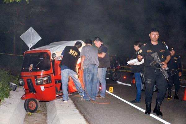 Fiscales del Ministerio Público recogen evidencias dentro del mototaxi propiedad de José Daniel Navas, quien murió en Oratorio, Santa Rosa. (Foto Prensa Libre: Oswaldo Cardona)