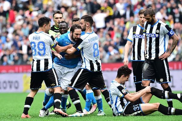 Gonzalo Higuain reaccionó violento tras la expulsión en el partido contra Udinese. (Foto Prensa Libre: AFP).