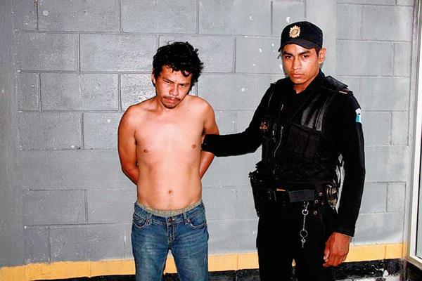 Melvin Osorio  fue capturado por la PNC cuando intentó liberar a otro sujeto en la cárcel de la subestación de Sayaxché, Petén. (Foto Prensa Libre: Walfredo Obando)