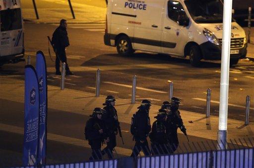 Policías se dispersan en las calles de París este viernes. (Foto Prensa Libre: AP).