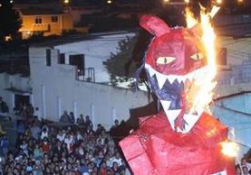 La quema del diablo es una tradición muy arraigada en las comunidades guatemaltecas. (Foto: Hemeroteca PL)