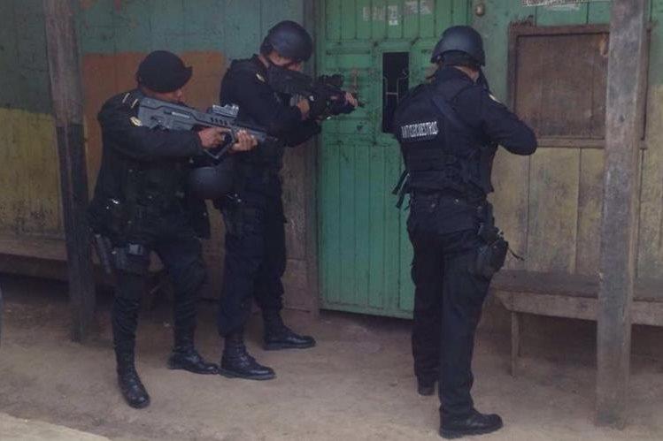 Agentes de la PNC efectúan allanamientos en busca de presuntos secuestradores en Nentón. (Foto Prensa Libre: PNC)