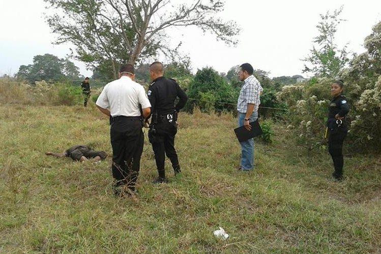 Autoridades recogen evidencias en el lugar en el que fue hallado el cadáver. (Foto Prensa Libre: Melvín Popá)