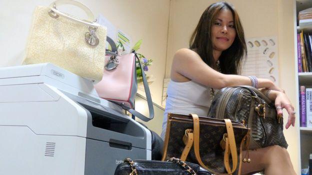 Myint Myint Thein tiene una colección personal de 20 carteras de diseñador.