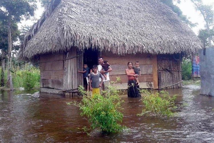Decenas de familias de la comunidad Rancho Grande,El Estor, resultaron afectadas por el desborde de ríos. (Foto Prensa Libre: Dony Stewart)