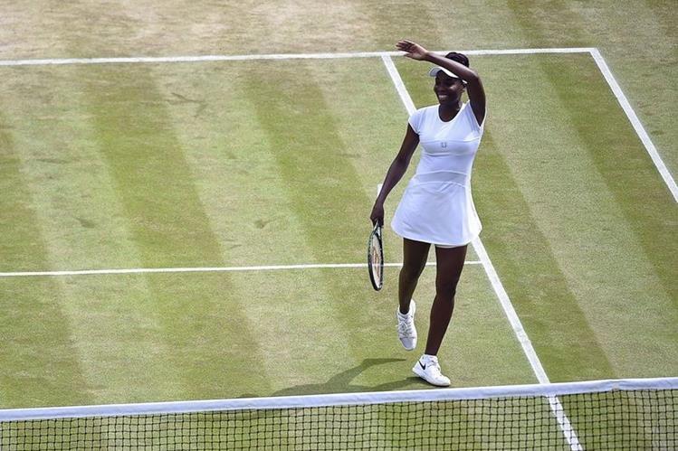 La tenista estadounidense Venus Williams celebra su victoria contra la kazaja Yaroslava Shvedova durante los cuartos de final del torneo de Wimbledon. (Foto Prensa Libre: EFE)