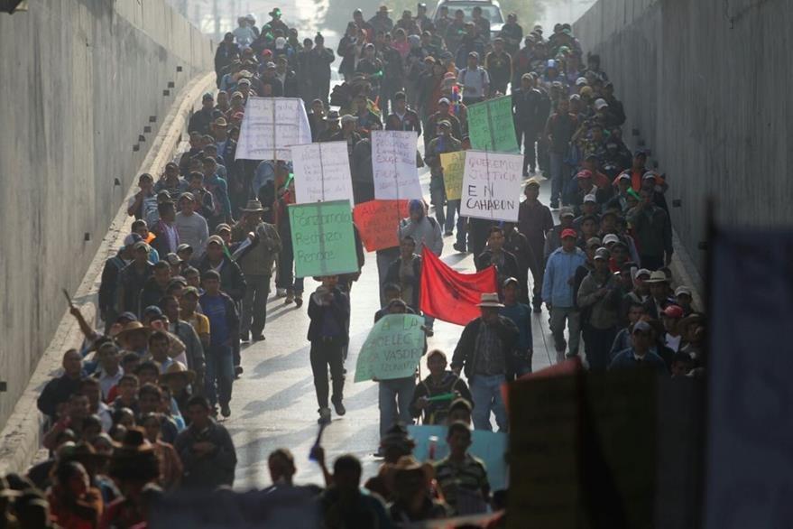 Desde las 7 horas los campesinos marcharon en protesta por dos proyectos hidroeléctricas. (Foto Prensa Libre: Érick Ávila)
