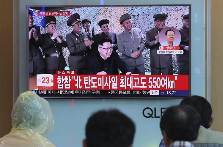 Norcoreanos ven frente una pantalla de televisión al líder norcoreano Kim Jong Un. (AP).