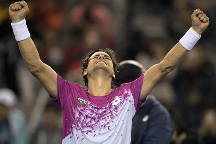 El español David Ferrer celebra la victoria contra el alemán Alexander Zverev en los cuartos de final del abierto de Pekín. (Foto Prensa Libre:AP)
