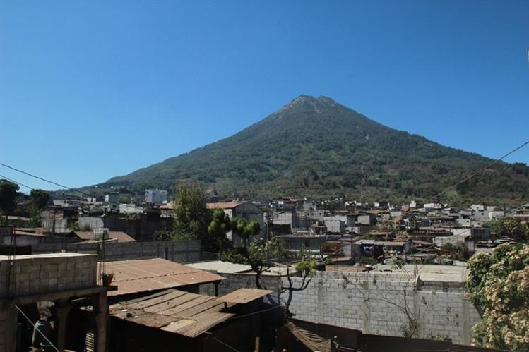 Vista del Volcán de Agua desde Santa María de Jesús, Sacatepéquez. (Foto Prensa Libre: Miguel López).