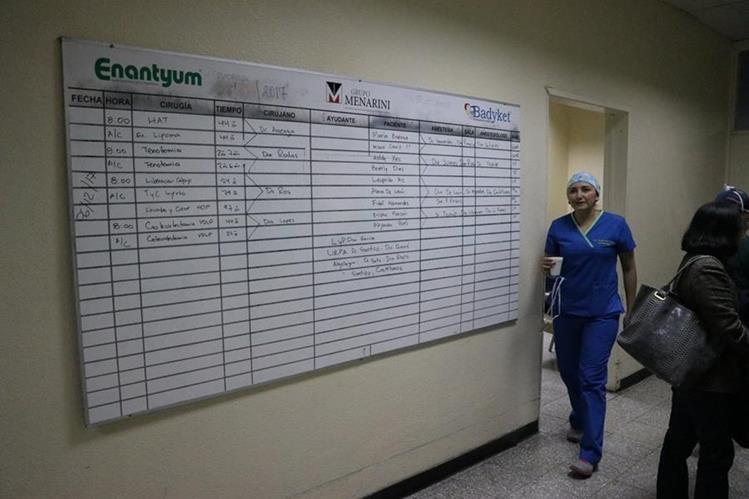 En una pizarra se programan las cirugías en el HRO; sin embargo, muchas no se efectúan. (Foto Prensa Libre: María José Longo)