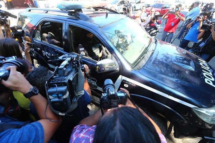 La Policía traslada a Elmer Chalaix, exsecretario privado de Antonio Saca, que también fue capturado el domingo pasado. (Foto: La Prensa Gráfica).