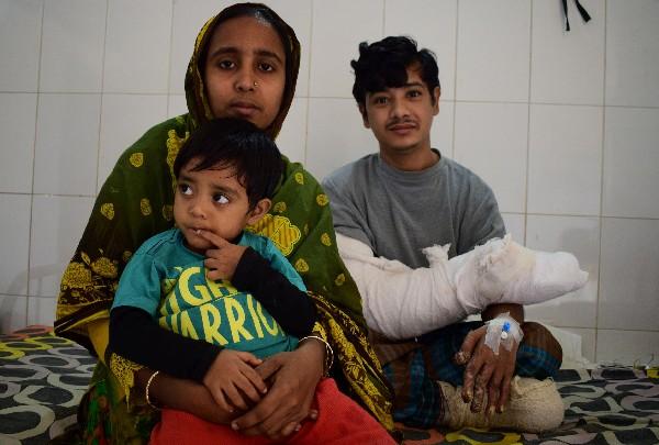 Abul Bajandar se reúne con su familia en un pabellón en el hospital en Daca.(AFP).