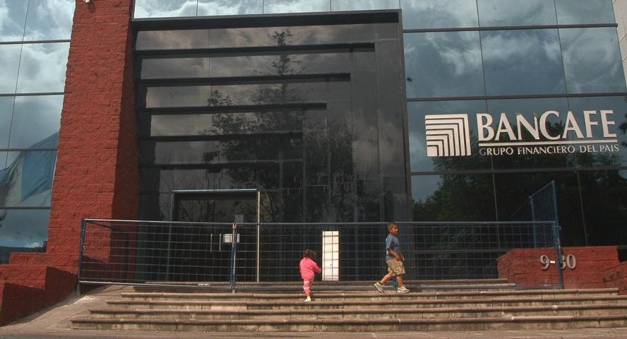 Los cuenta habientes del Banco del Café afectados por la quiebra del mismo fueron los primeros beneficiarios del Fopa. (Foto Prensa Libre: Hemeroteca PL)
