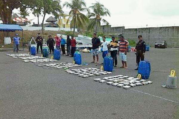 Las autoridades incautaron al menos 170 paquetes de droga, los cuales eran transportados en dos lanchas, en aguas del Pacífico. (Foto Prensa Libre: PNC)