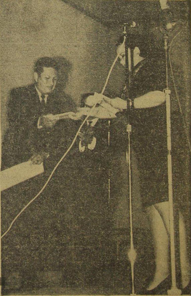 31 de octubre de 1970.  Mario Estupinián, director de Radio Faro Aviateca, recibe de manos de la escritora y maestra Ligia Bernal, el primer disco con música para niños, en el homenaje que la Dirección General de Educación Estética, rindió a la mencionada radiodifusora. (Foto Prensa Libre: Hemeroteca PL).