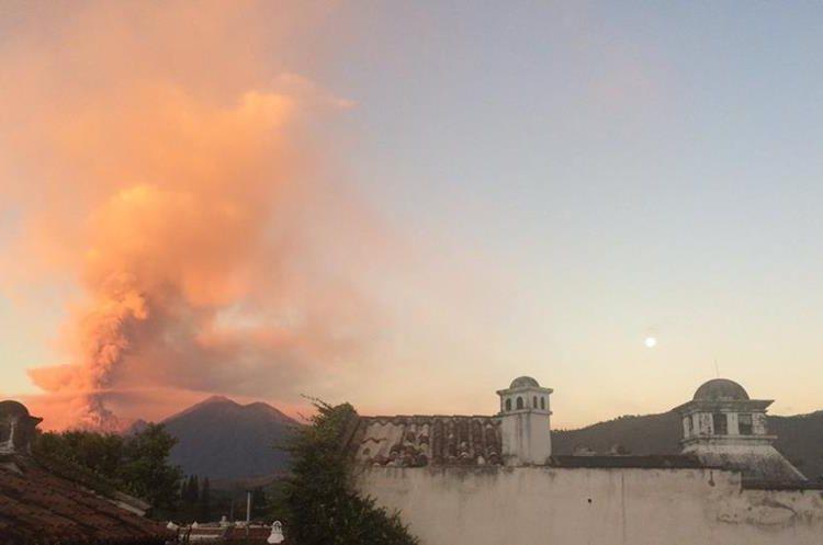 El humo y la ceniza expulsada por el Volcán de Fuego pintó de naranja el cielo de los guatemaltecos. (Foto Prensa Libre: Twitter Lucía Escobar)