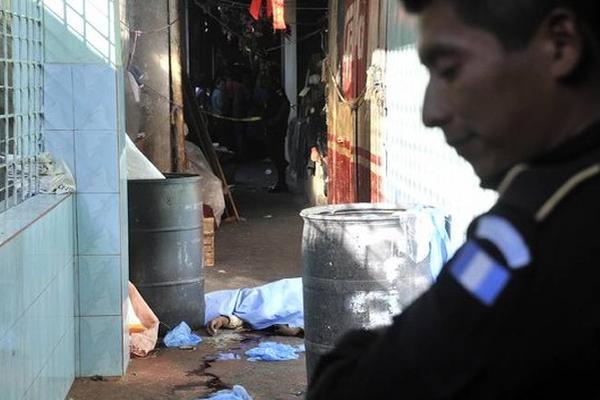 la policía resguarda el área  donde murió baleado un hombre, en La Terminal, zona 4.
