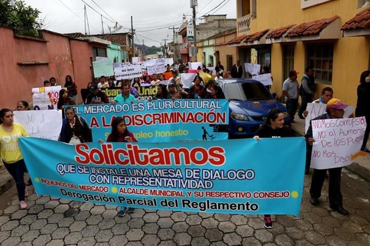 Vendedores del mercado de Chiantla realizan manifestación en contra del aumento de arrendamiento de locales. (Foto Prensa Libre: Mike Castillo)