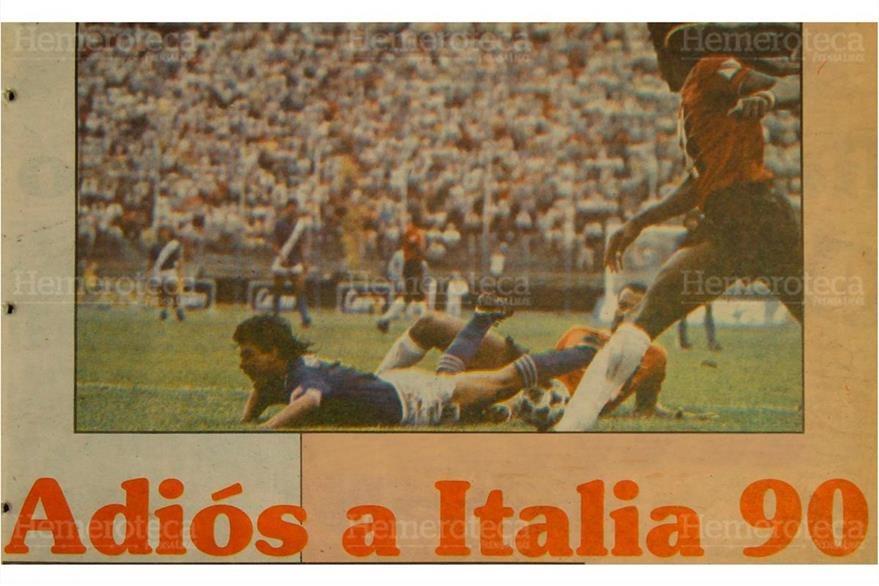 Byron Pérez reclama penal durante el juego decisivo para llegar al Mundial Italia 90. (Foto: Hemeroteca PL)