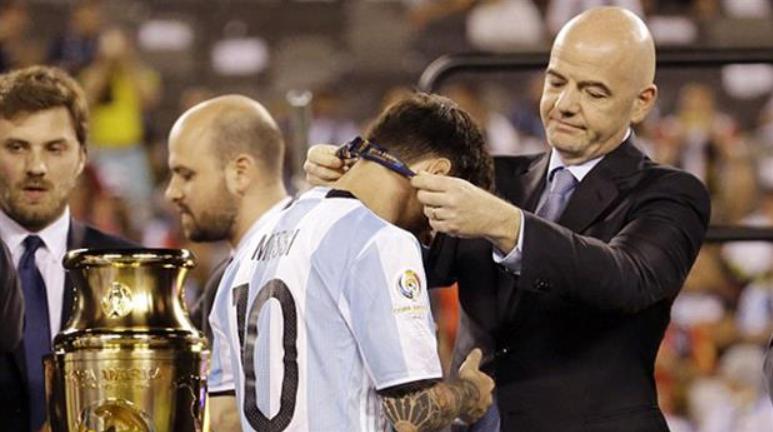 Gianni Infantino le coloca la medalla de subcampeón en el Mundial de Brasil 2014 a Lionel Messi. (Foto Prensa Libre: Hemeroteca PL)